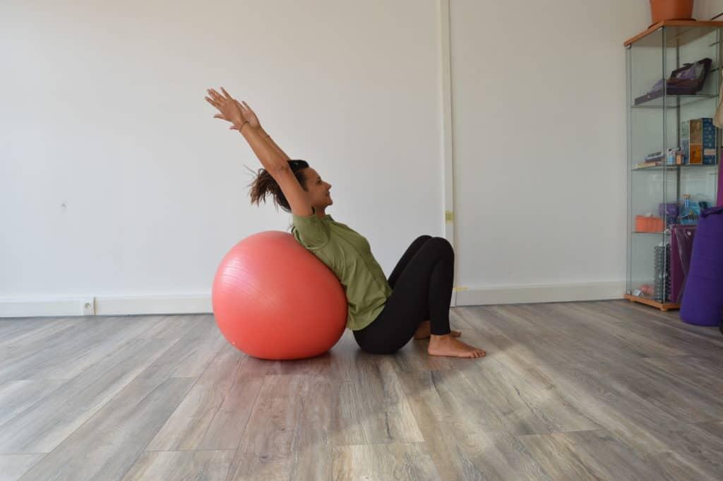 Position accroupie avec le dos contre le Swiss ball (image Actif-Coaching)