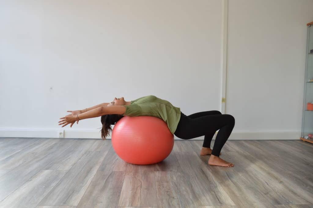 Etirement du dos avec un Swiss Ball (image Actif-Coaching)
