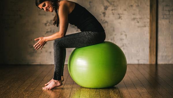 Asseyez-vous pour vérifier la taille du ballon (image Gaiam)