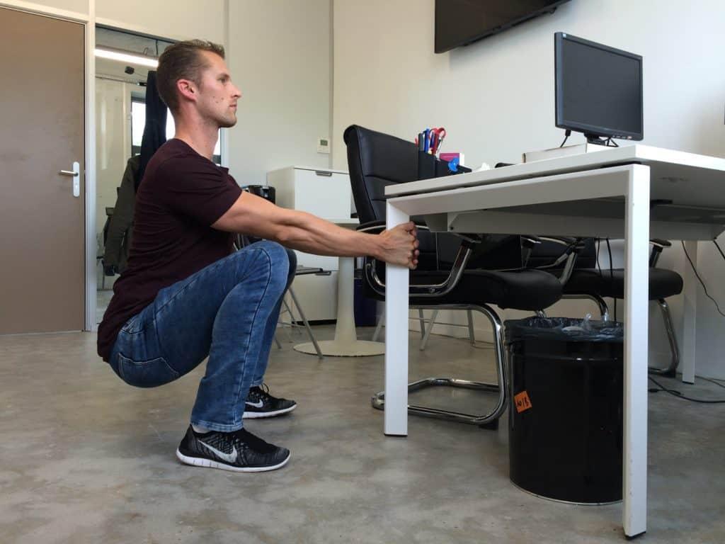 Correction posturale : squat assisté (image Actif Coaching)