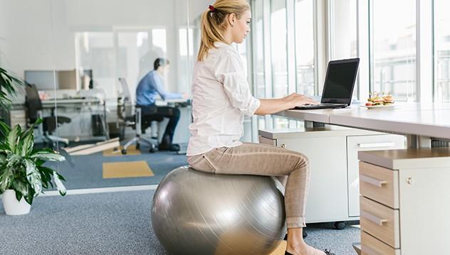 Le swiss ball une alternative sympa (image Jobboom)